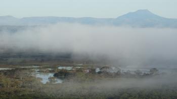 朝もやの釧路湿原と雄阿寒岳.png